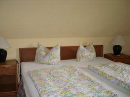 Schlafzimmer mit großen kanadischem Hotelbett  und einem Einzelbett
