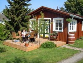 Kinder spielen auf der Terasse im blühendem Garten