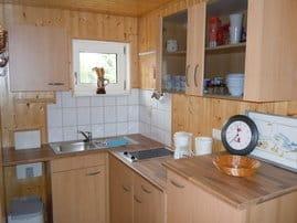 Küchenzeile mit Cerankochfeld und Kühlschrank
