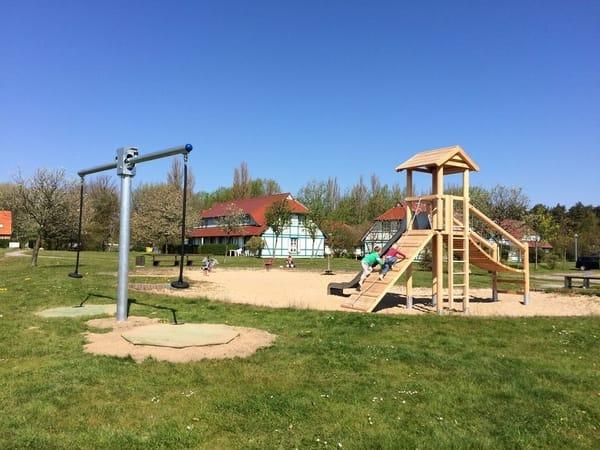 mit mehreren schönen Kinderspielplätzen