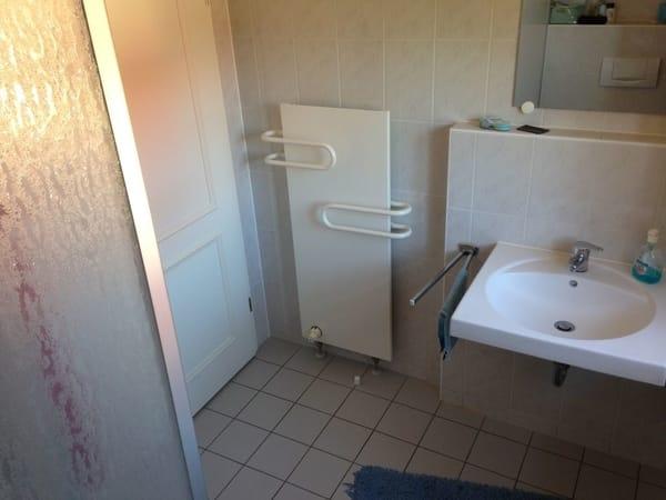 Badezimmer mit Duschkabine