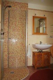 Dusche, Waschtisch und WC