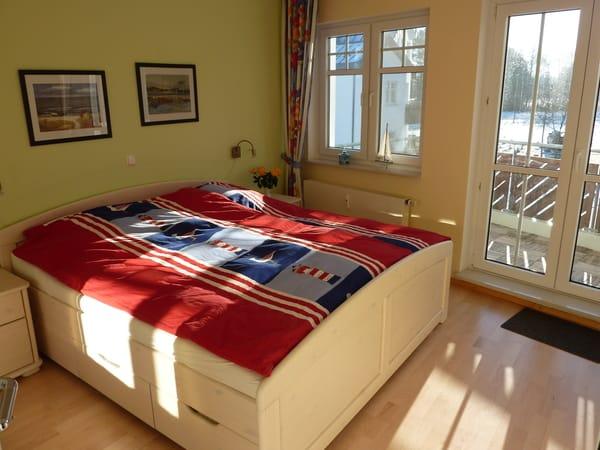 Schlafzimmer mit Balkon. Der Balkon ist vom Wohn- als auch vom Schlafzimmer begehbar
