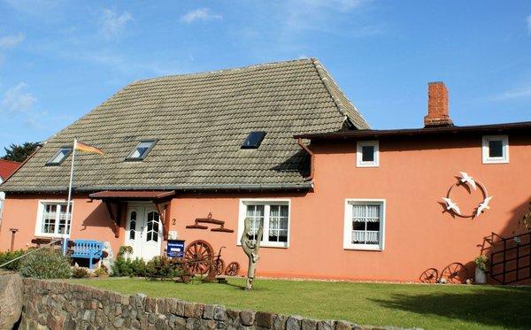 Rechts die beiden Fenster der separaten Ferienwohnung (Küche und Schlafraum)