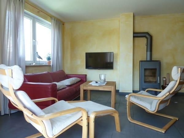 Wohnzimmer mit Ledergarnitur und Kaminofen