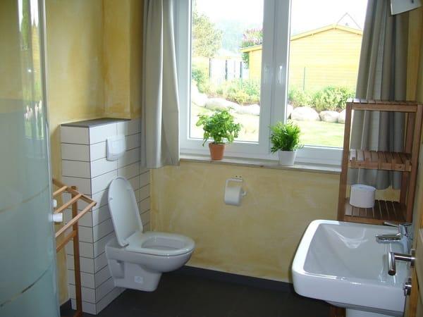 Bad mit Fußbodenheizung und Fenster