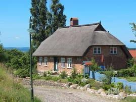 Außenansicht von Haus Hanna. Im Hintergrund der große Jasmunder Bodden