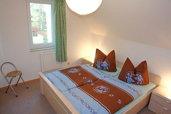 Schlafzimmer mit großem Doppelbett (Fenster mit blickdichter Verdunkelungsmöglichkeit und integriertem Insektenschutz)