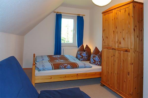 2. Schlafzimmer mit kleinem Doppelbett und Schlafcouch (Fenster mit blickdichter Verdunkelungsmöglichkeit und integriertem Insektenschutz)