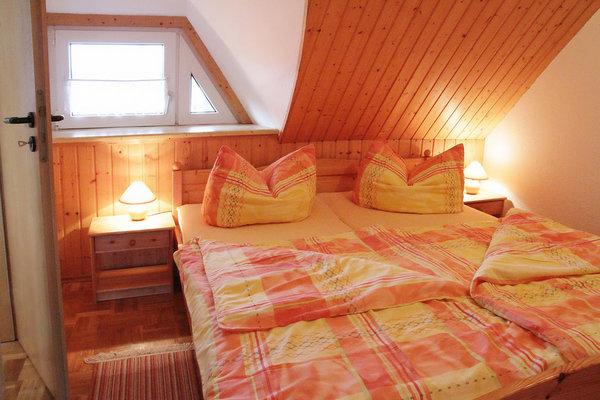 Schlafzimmer mit Tür zum Bad