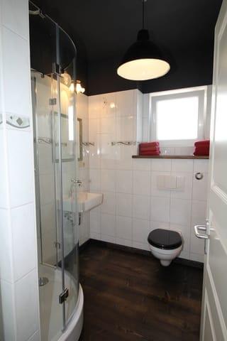 das Bad mit Dusche und Fenster....