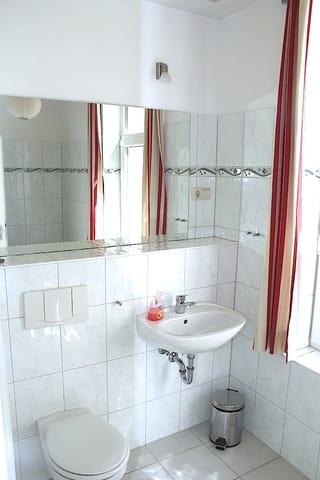 Bad mit Fenster und Wanne in welcher auch das duschen möglich ist. Wanne