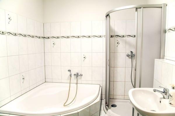 das Bad mit Dusche und Wanne... ein WC hat es natürlich auch...