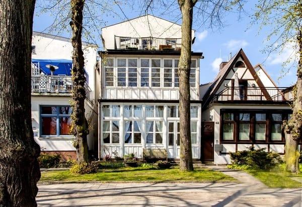 Das Haus... links durch die Tüsche geht es hinein... Sie schauen sich gerade die mittlere Wohnung an....