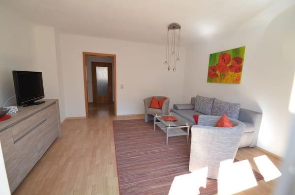 Wohnzimmer mit Sateliten-TV, gr Balkon 20 qm mit Tisch und Stühle und viel Sonne Südseite und natürlich sehr ruhig !
