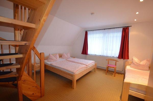 Schlafzimmer Nr. 1 mit großem Doppelbett und Aufbettung , Kinderbett und Kinderhochstuhl so wie Hocker fürs Waschbecken für die Kleinen Gäste alles  vorhanden.