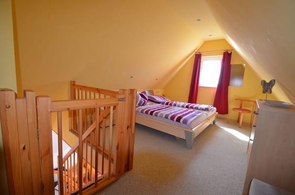 Großes Doppelbett SZ Nr 2 mit Kindersicherungstür wenn benötigt.