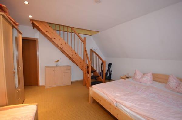 Schlafzimmer 1 mit Doppelbett und einem Einzellbett