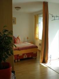 Gemütliches Doppelbett - Aufbettung auf der Sitzecke möglich.