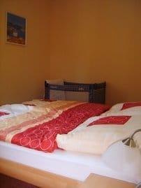 Schlafzimmer mit Kinderreisebett