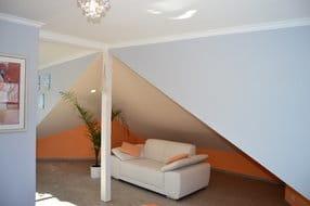 Zweisitzercouch zum Entspannen unter Dachschrägen