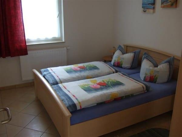 Schlafzimmer mit Doppelbett und 3türigem Kleiderschrank