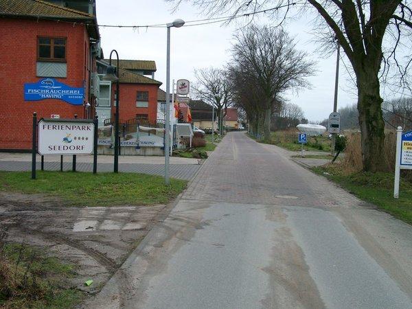 Ortseingang von Neuensien und Zufahrt rechts zur Ferienhausanlage