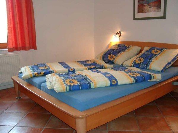 Doppelbett im Elternschlafzimmer
