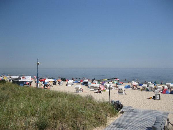 Buntes Strandtreiben