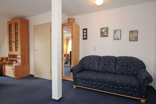 Das Wohnzimmer ist modern, hell und freundlich ausgestattet. Die sehr ruhige Lage und die Rundumsicht vermittelt einen Penthouse Charakter !