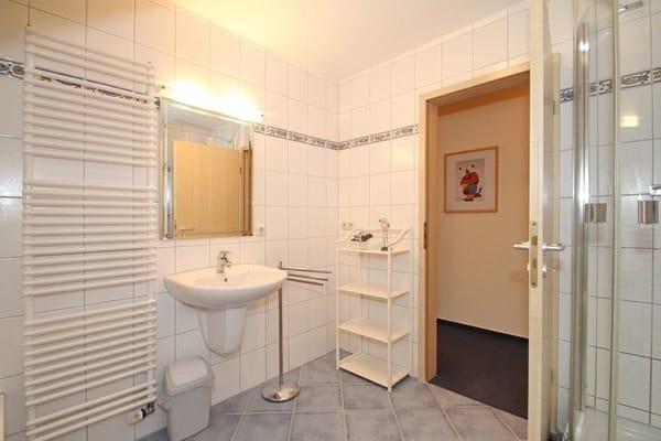 Das Badezimmer  sehr gut ausgestattet mit Dusche Badewanne und sehr viel  Platz für die Ablage ihrer  Utensilien.