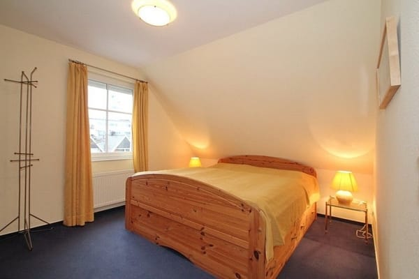 Entspannen Sie im großem Schlafzimmer in dem extra großen Doppelbett. Alle Fenster in der Ferienwohnung verfügen über Aussenrollläden. Im Schlafzimmer befindet sich ein zusätzlicher LCD Fernseher.