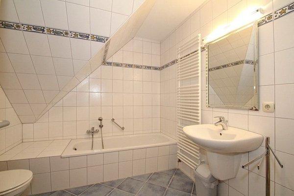 Ein exklusives großes Badezimmer mit Badewanne und Wellnessdusche.
