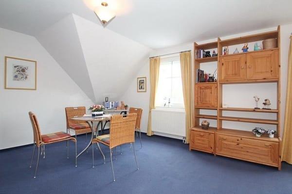 Das sehr geräumige Wohnzimmer verfügt über einen weiteren Essplatz ! In einer Nische eine Doppelschlafcouch für 2 Personen - Dauerschläfer mit Lattenrost.
