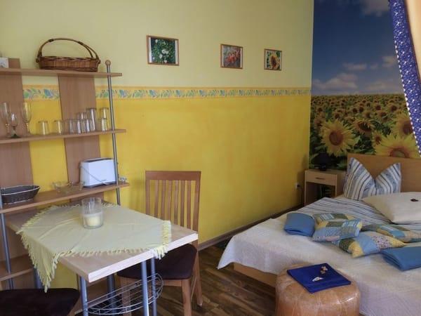 Doppelbett in der kleinen Ferienwohnung