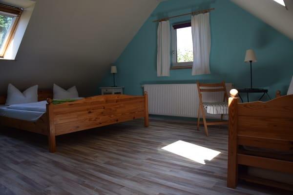Schlafraum mit ein Doppelbett und ein Einzelbett