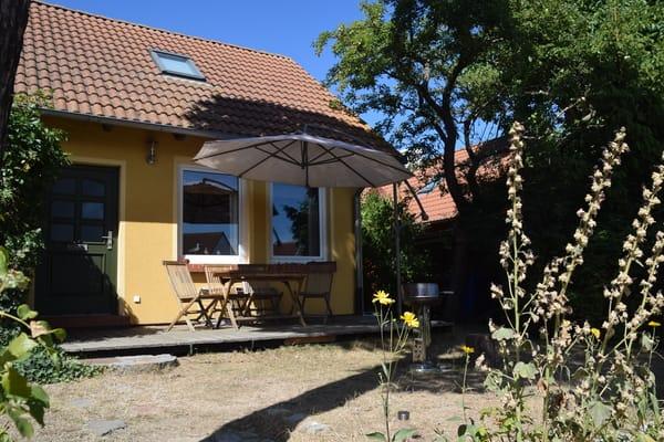 Terrasse mit Sonnenschrim und Grill