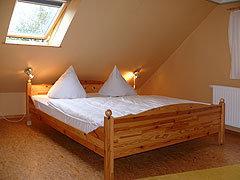Im Schlafzimmer: 1 Doppelbett und 1 Einzelbett