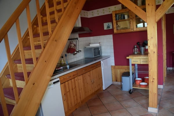 Küche mit Kühlschrank, Mikrowelle, Geschirrspüler, Herd