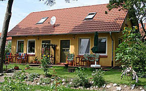 Große Terrasse mit Gartenmöbeln und Grill