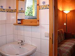 Modern gefliestes Bad mit Dusche und WC