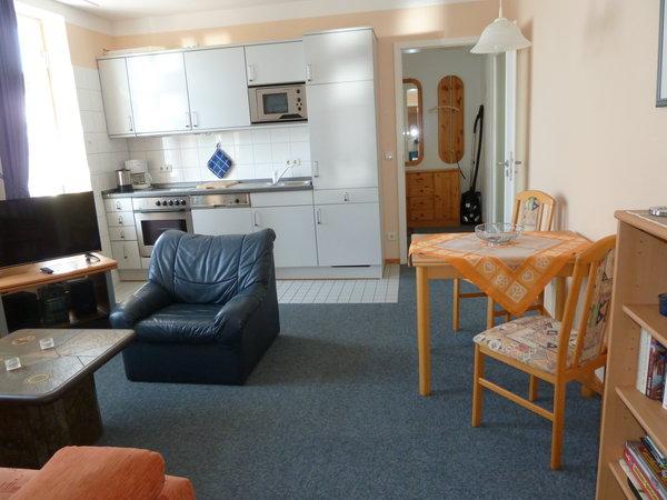 Küchenzeile mit Esstisch (4 Stühle vorhanden)