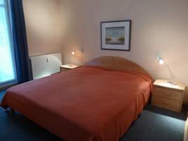 Schlafzimmer mit großem Kleiderschrank