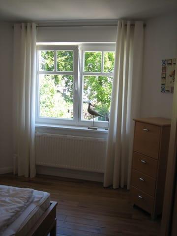 Schlafzimmer - Blick zum Fenster