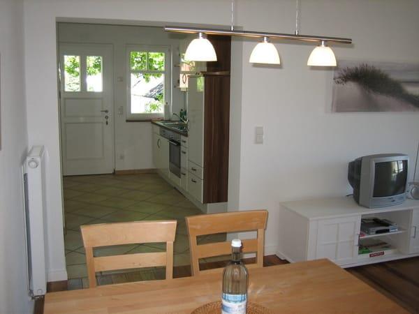 Eßtisch mit Blick zur Küchenzeile/Eingangsbereich