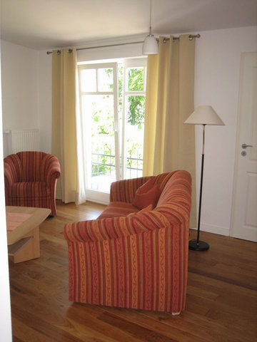 Wohnzimmer mit Blick zum Balkonfenster