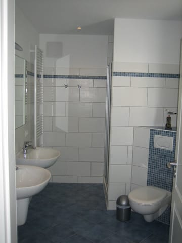 Bad mit 2 Waschbecken, Dusche, Fenster