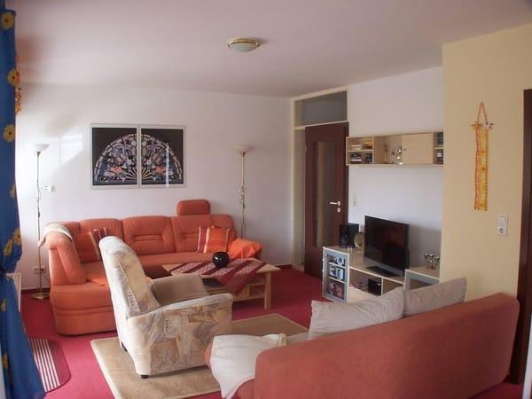 Wohnbereich mit Polsterecke und TV-Sessel