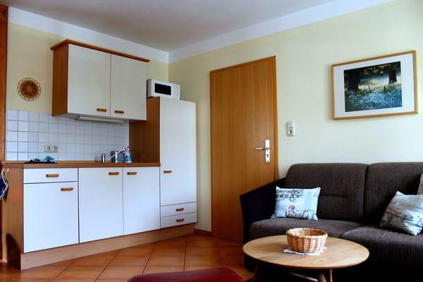 Küchenzeile mit 2 Cerankochfeldern, Kühlschrank mit integr. Frostfach, Mikrowelle, Wasserkocher, Kaffeemaschine und Toaster