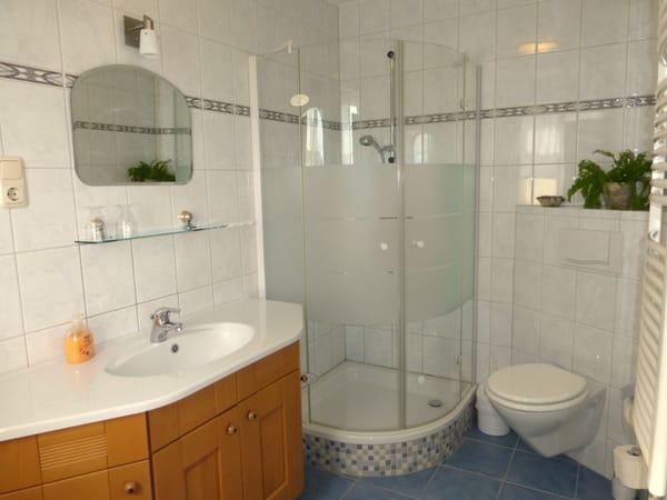 Modernes Bad mit Fenster, ein Handtuchset pro Person